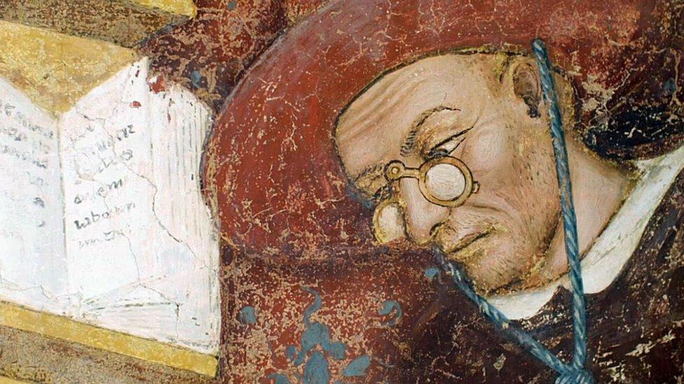 Monje con gafas en el fresco de Tommaso da Modena.