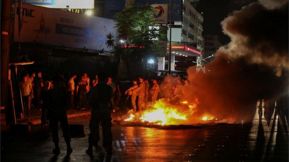 متظاهرون أضرموا النار في إطارات السيارات