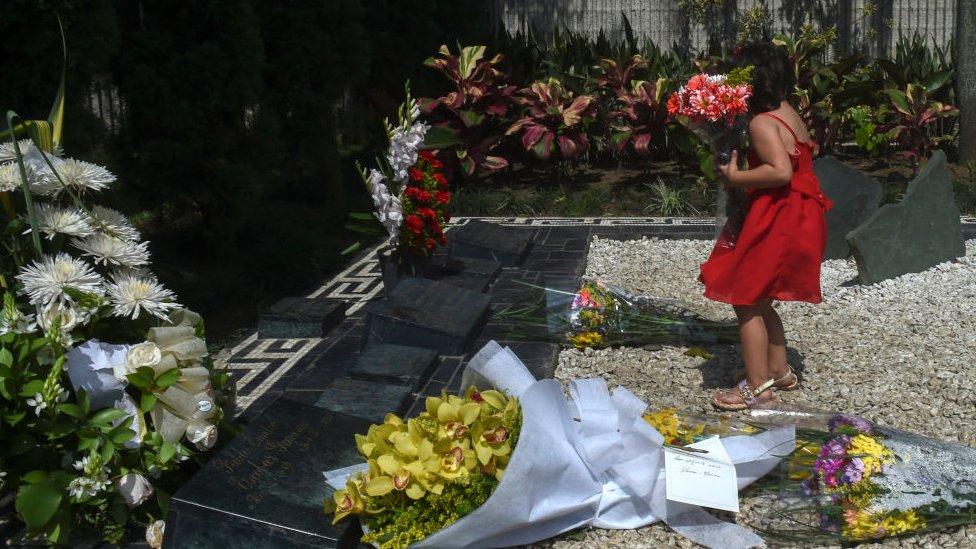 زهور على ضريح بابلو إسكوبار