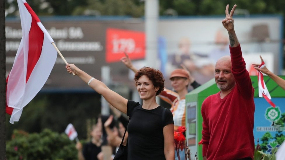 "Protesters in Minsk join a ""solidarity chain"" - 21 August"