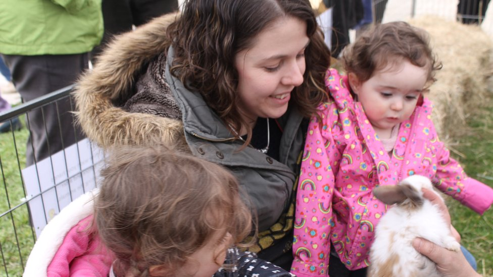 Abby o Ben-y-bont ar Ogwr a'i merched Olivia a Molly a'u ffrind newydd // Abby from Bridgend with her daughters Olivia and Molly have made a new friend