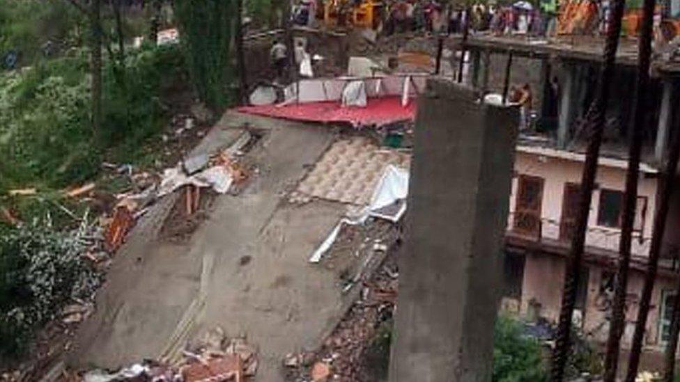 हिमाचल: सोलन में इमारत गिरी, दो की मौत, 12 अब भी फंसे