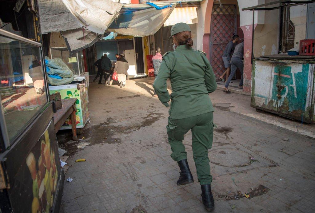 Поліцейська у Марокко розганяє чоловіків, які порушують обмеження на вільне пересування