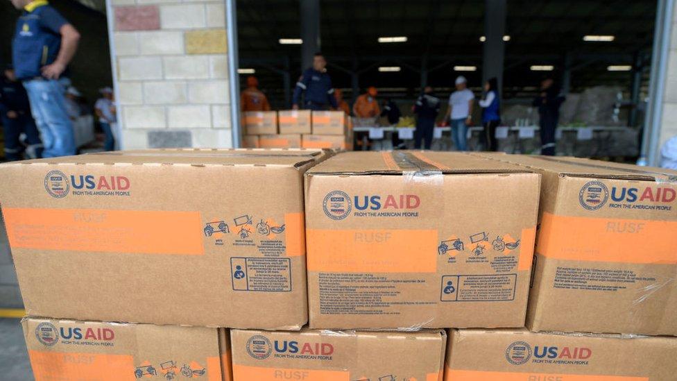 Paquetes de ayuda humanitaria de Estados Unidos en el centro de acopio de Cúcuta.