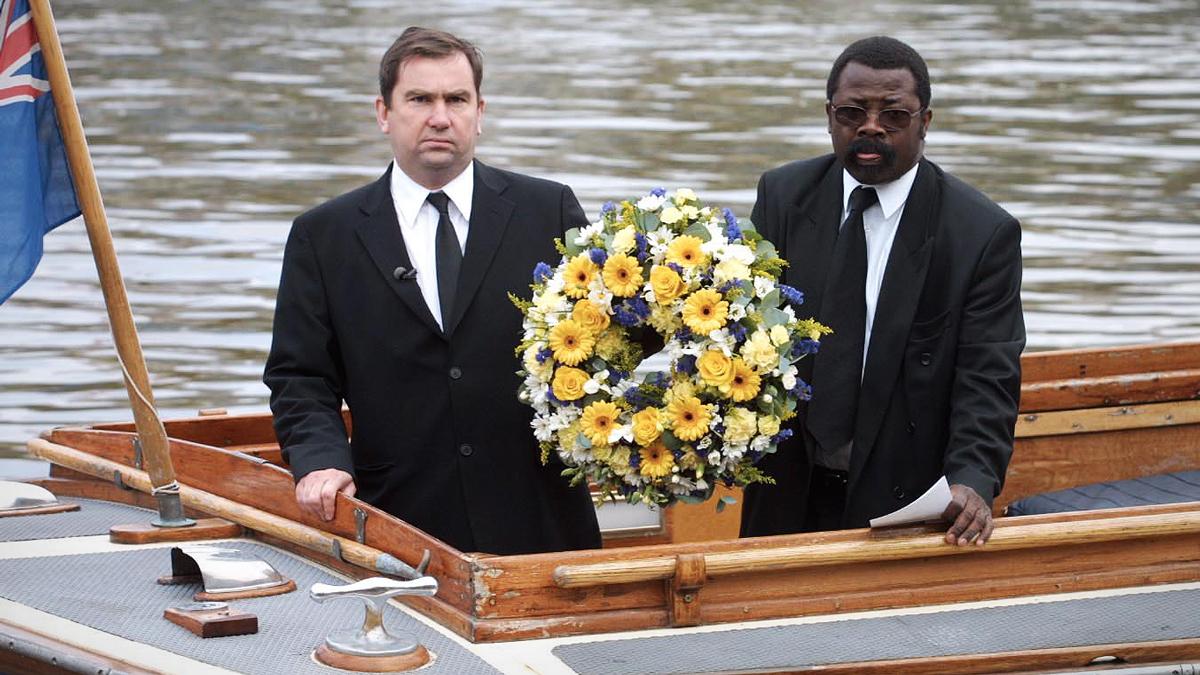A un año del hallazgo de sus restos, se colocó una corona de flores en el Támesis en memoria de Adam.