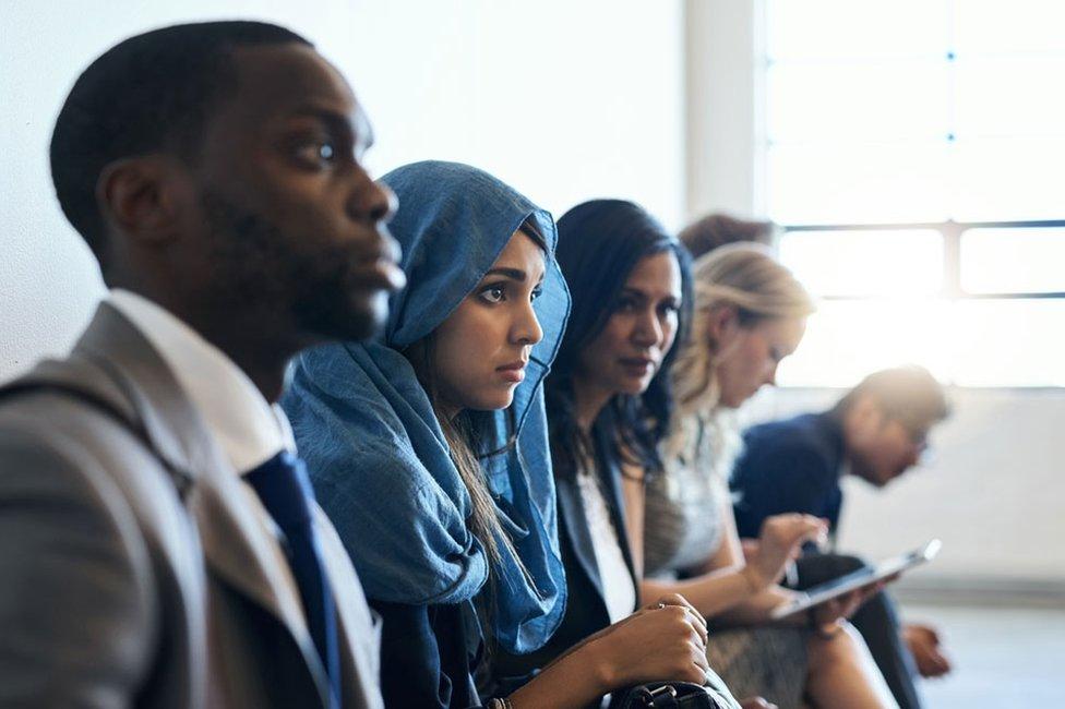 Personas de distintas razas y religiones.