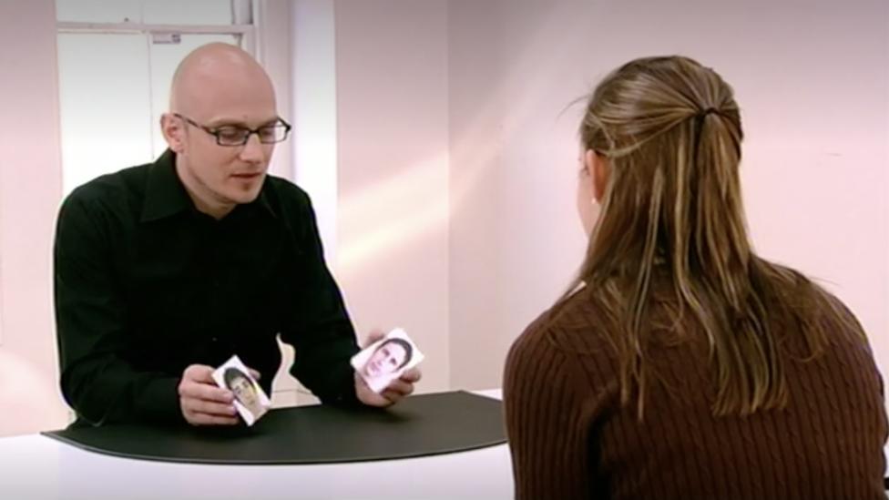 Petter Johansson mostrándole a una participante dos fotografías de hombres en su experimento.