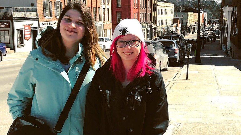 Alexis y Ashley en sus primeras vacaciones juntas en Port Hope, Ontario.