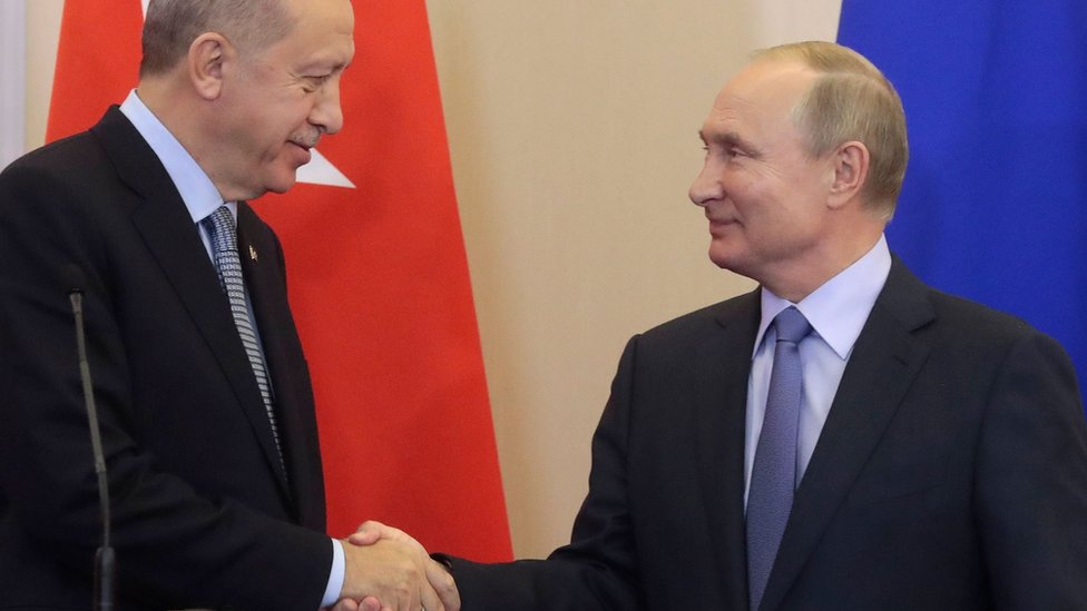 Turkish President Recep Tayyip Erdogan shakes hands with Russian President Vladimir Putin in Sochi, Russia (22 October 2019)