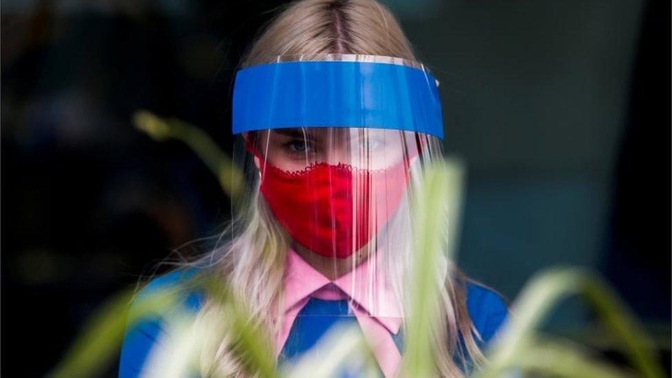 Коронавирус: число заболевших в России превысило 6 тысяч, часть Мадрида закрывают на карантин