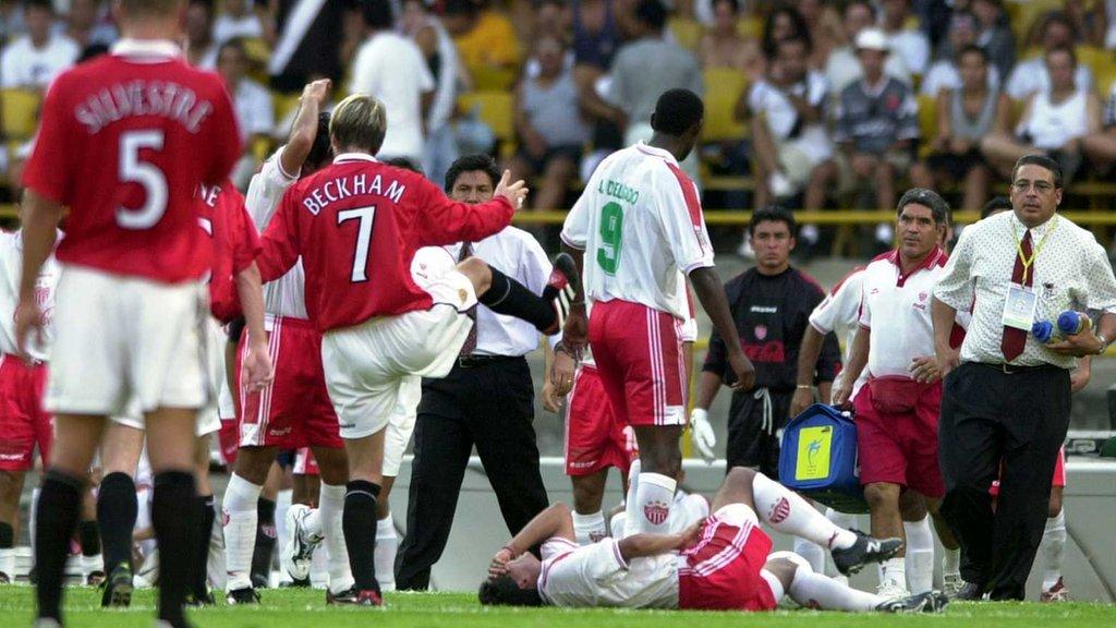 David Beckham es expulsado por una dura falta sobre José Millián, de Necaxa.