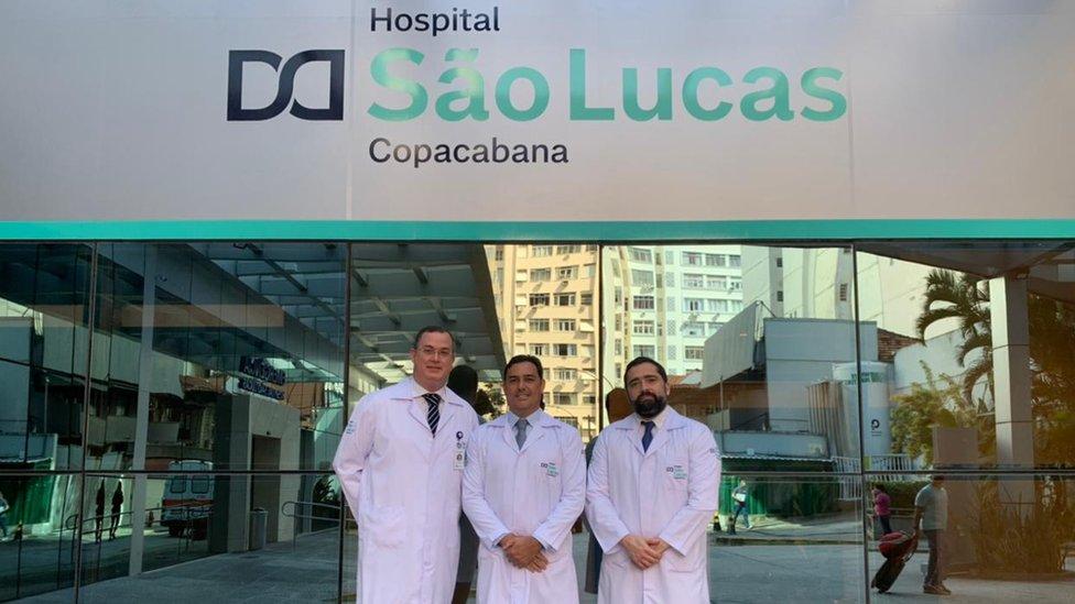 Parte da equipe responsável pelo transplante triplo posam em frente a fachada do Hospital São Lucas