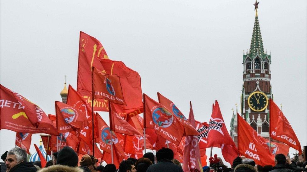 Banderas rojas en el centro de Moscú.