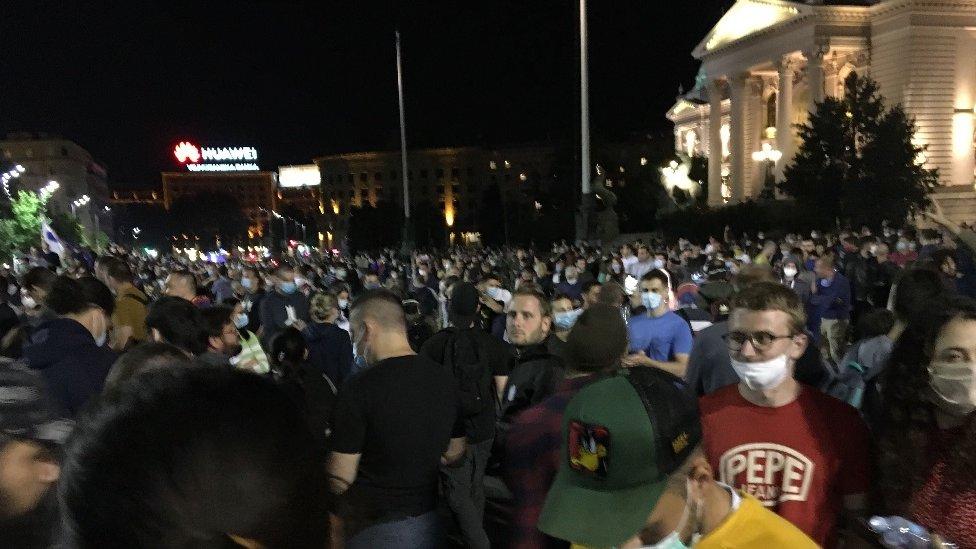 Demonstranti su se okupili u znak protesta protiv mera koje je danas najavio predsednik Srbije Aleksandar Vučić, odnosno uvođenja policijskog časa u Beogradu tokom narednog vikenda