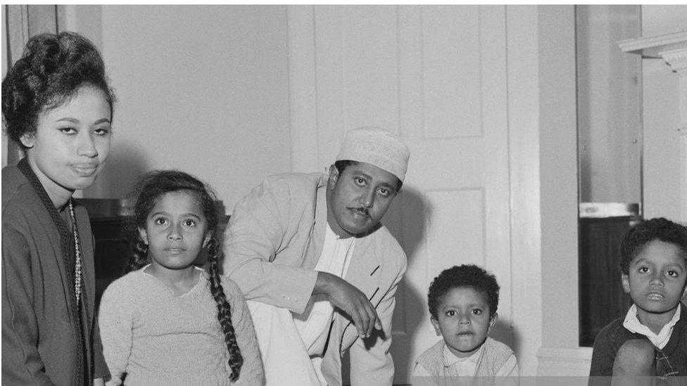 جمشيد وزوجته الشيخة أنيسة والأبناء عام 1964 في لندن