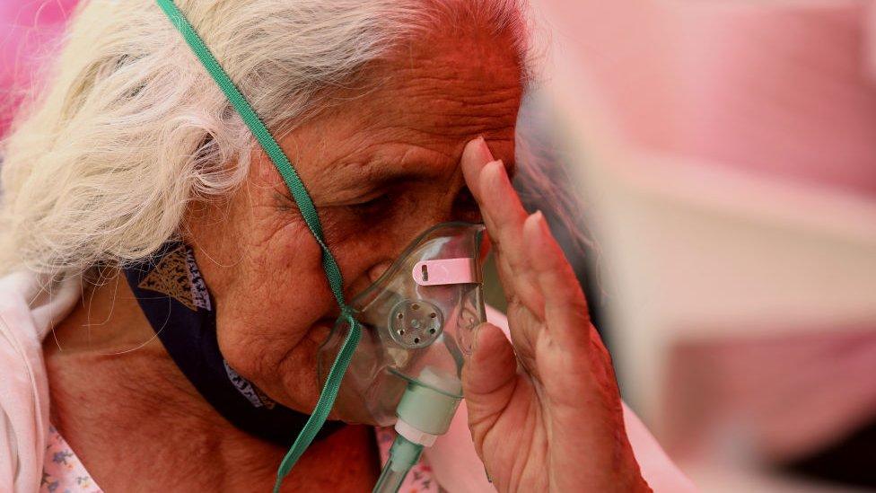 一位患上新冠病毒病的老太太在錫克廟外吸氧(1/5/2021)