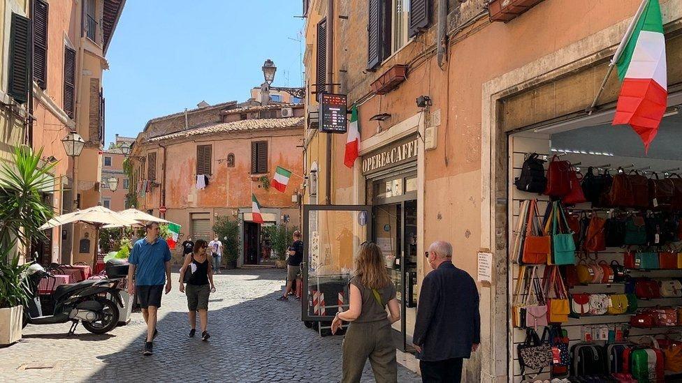 الأعلام في جميع أنحاء إيطاليا لنهائي يورو 2020 اليوم