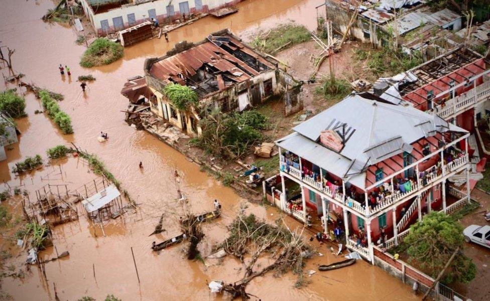 في بداية العام ضرب إعصاران الجزء الجنوبي من القارة الإفريقية وأوديا بحياة 900 شخص على الأقل وأديا إلى تشريد الآلاف