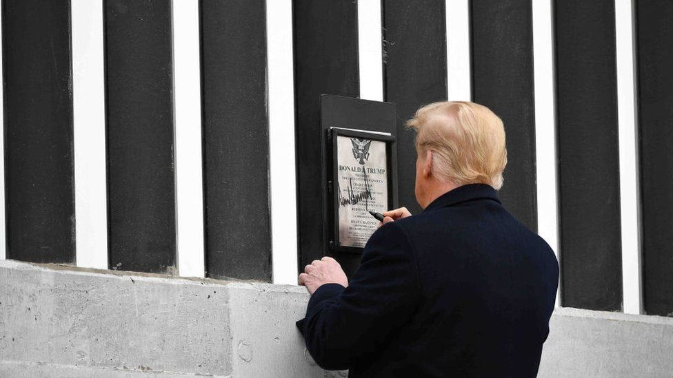 Trump firmando el muro