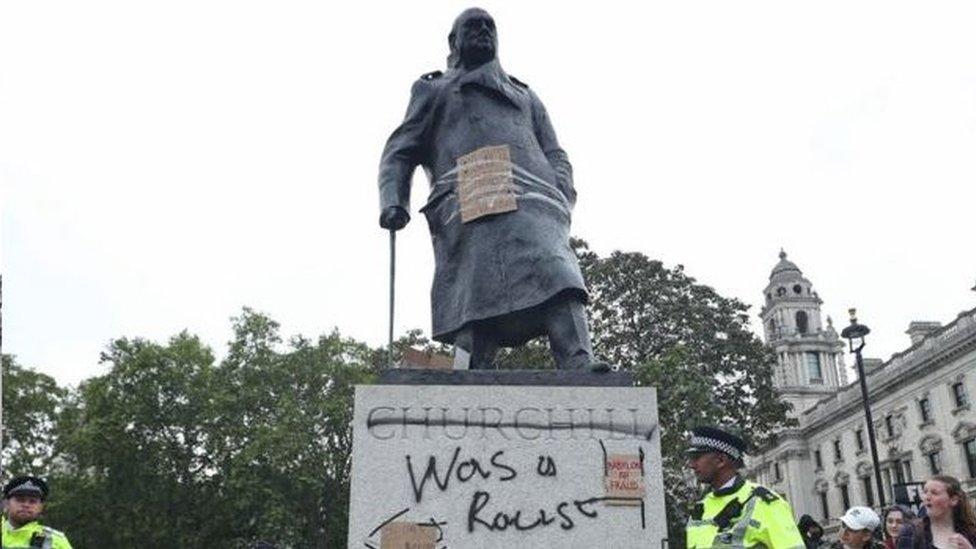 丘吉爾雕像被塗鴉