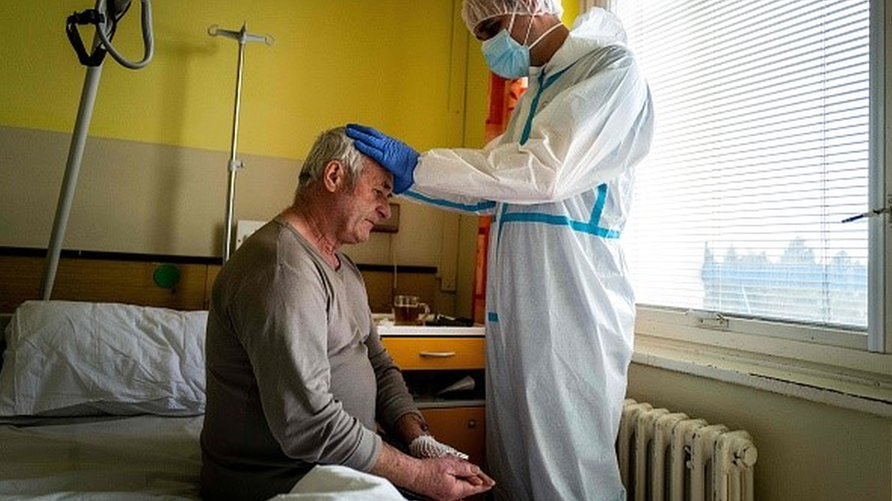 Profissional da saúde e paciente fazem oração