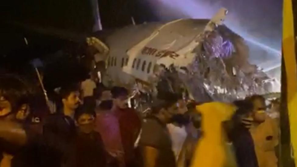 Самолет в Индии разломился пополам при посадке. На борту больше 190 человек, есть жертвы