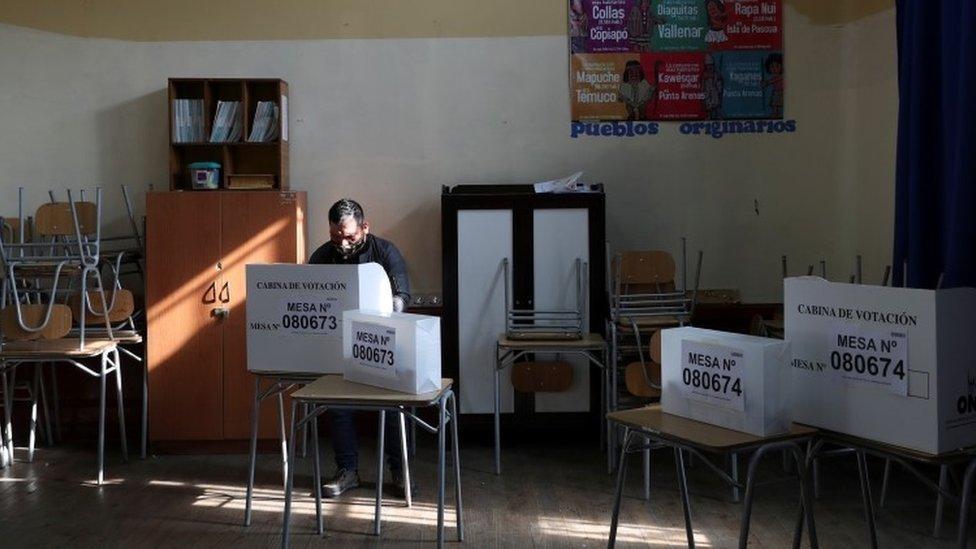 Una mesa de votación