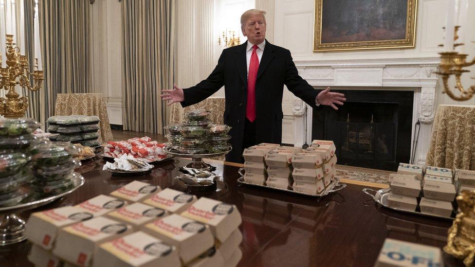 Trump önünde hamburgerlerle