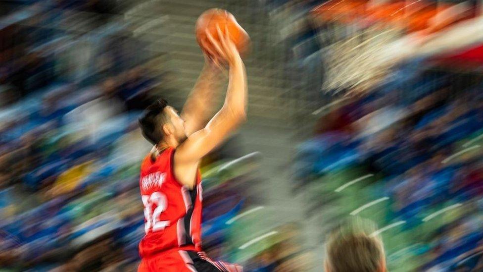 Un basquetbolista en un salto