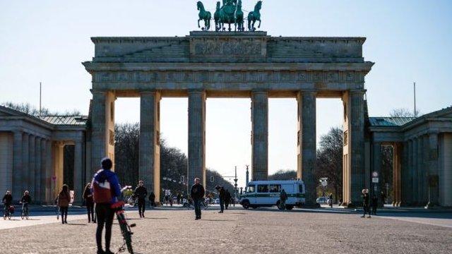سيارة شرطة تسير في ساحة باريسر بلاتز أمام بوابة براندنبورغ في برلين