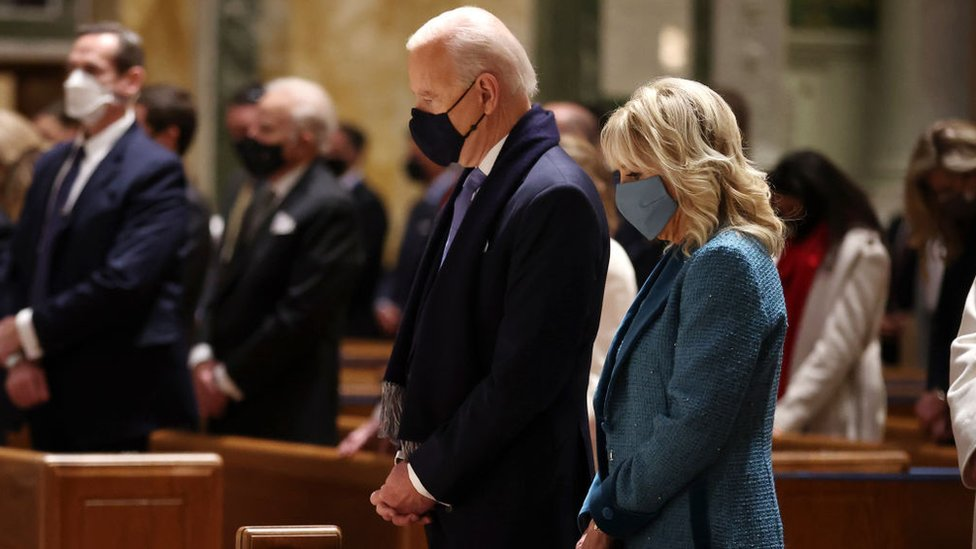 Joe Biden y su esposa Jill en misa.