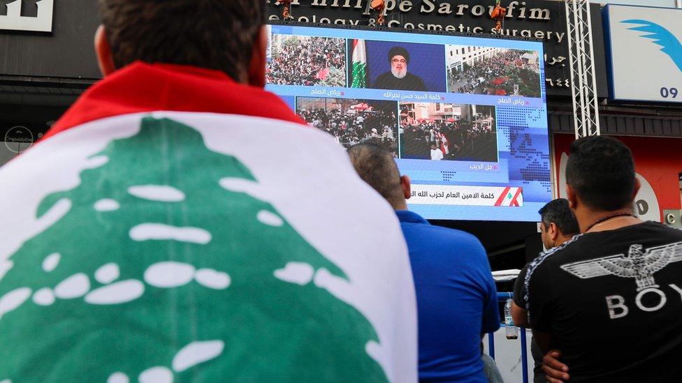 لبنانيون يتابعون خطاب حسن نصر الله عبر شاشة