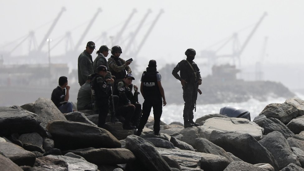 Fuerzas de seguridad en Macuto tras la supuesta invasión.