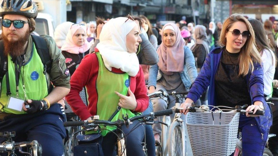 En Siria, las mujeres organizaron una bicicleteada por las calles de Damasco.