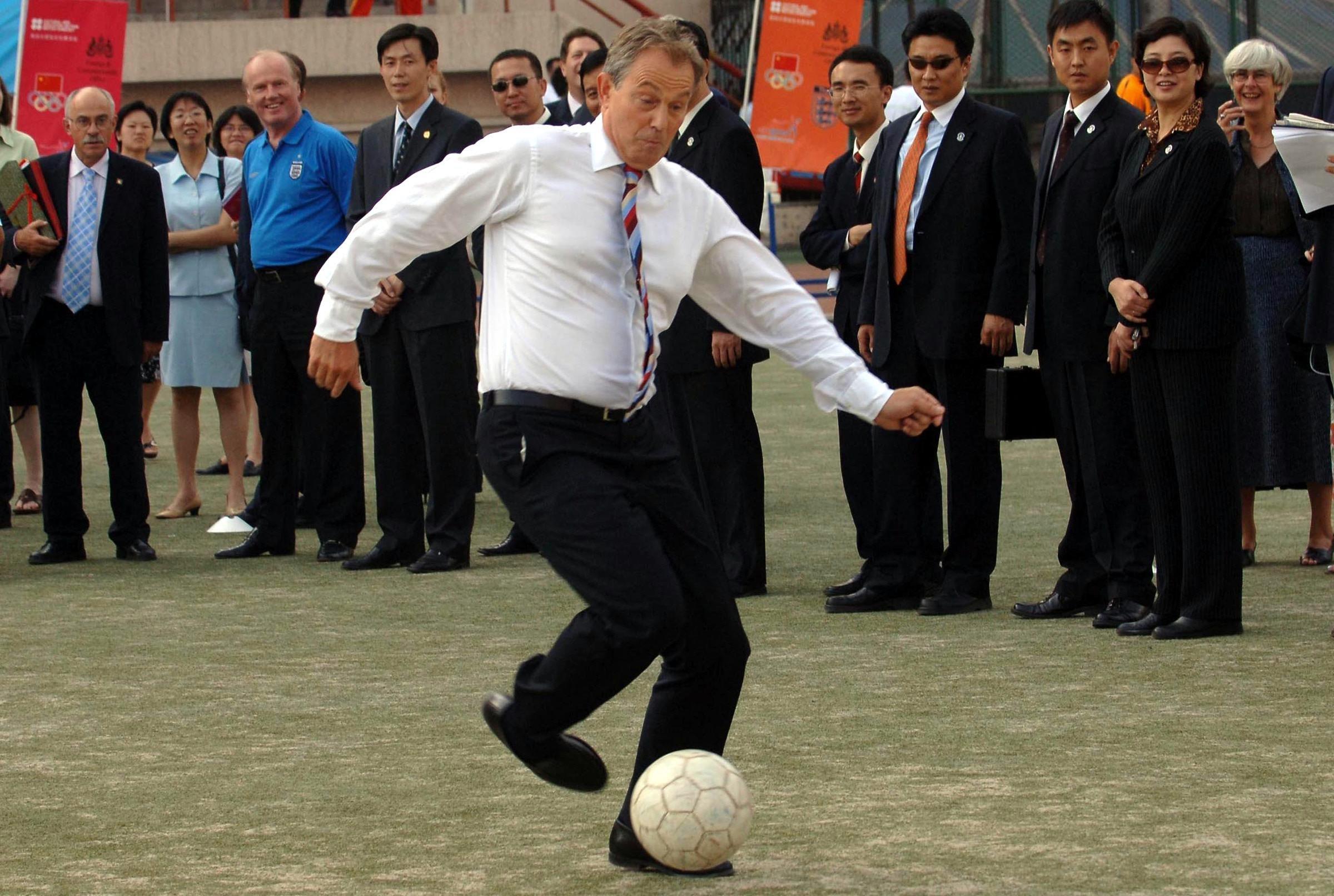 2005年,訪問北京的英國首相布萊爾踢球。