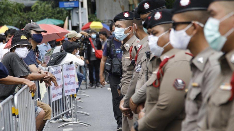 La policía montó guardia en el Monumento a la Democracia