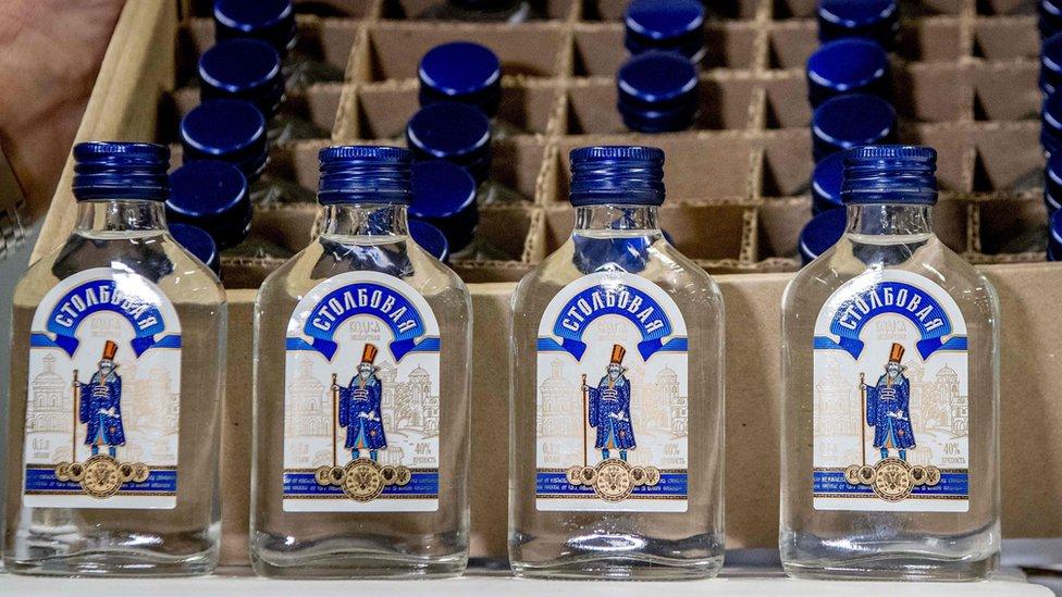 Na prekookeanskom brodu, koji je prevozio i avion, pronađeno je 90 hiljada flaša votke.