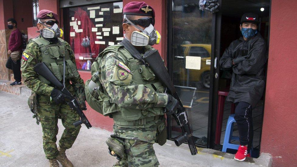 Militares patrullan las calles en Ecuador.