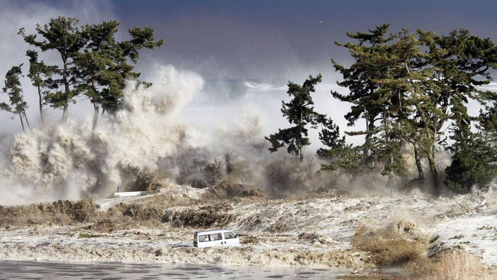 Olas luego del tsunami en Japón en 2011