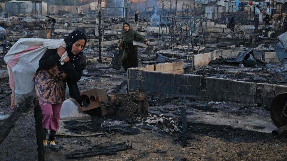 حطام المخيم إثر إضرام النار