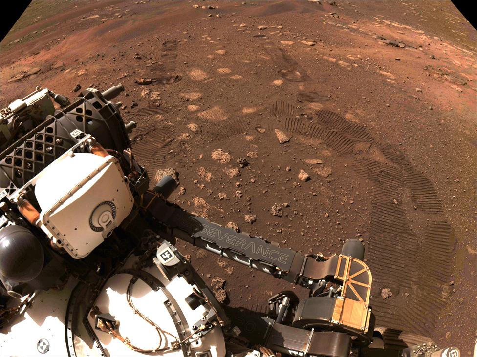 Una imagen de parte del rover y sus huellas en el suelo, tomada durante el primer viaje de Perseverance el 4 de marzo de 2021