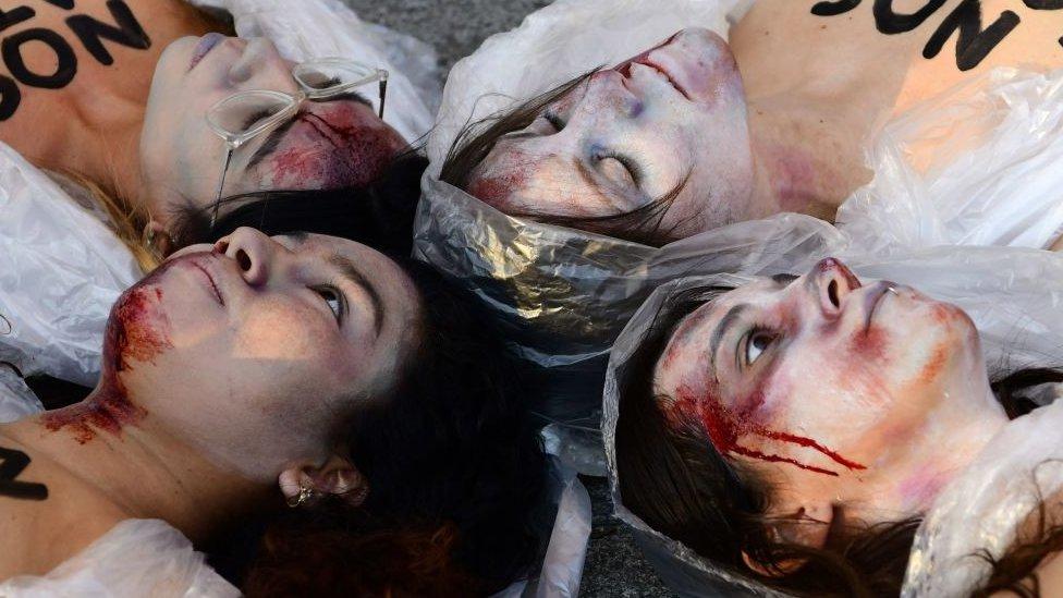 İspanya'da kadın cinayetlerini protesto etmek için ceset kılığına bürünmüş göstericiler