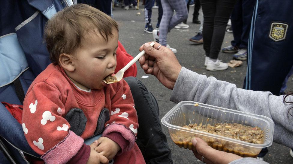 Un bebé alimentado por su madre.