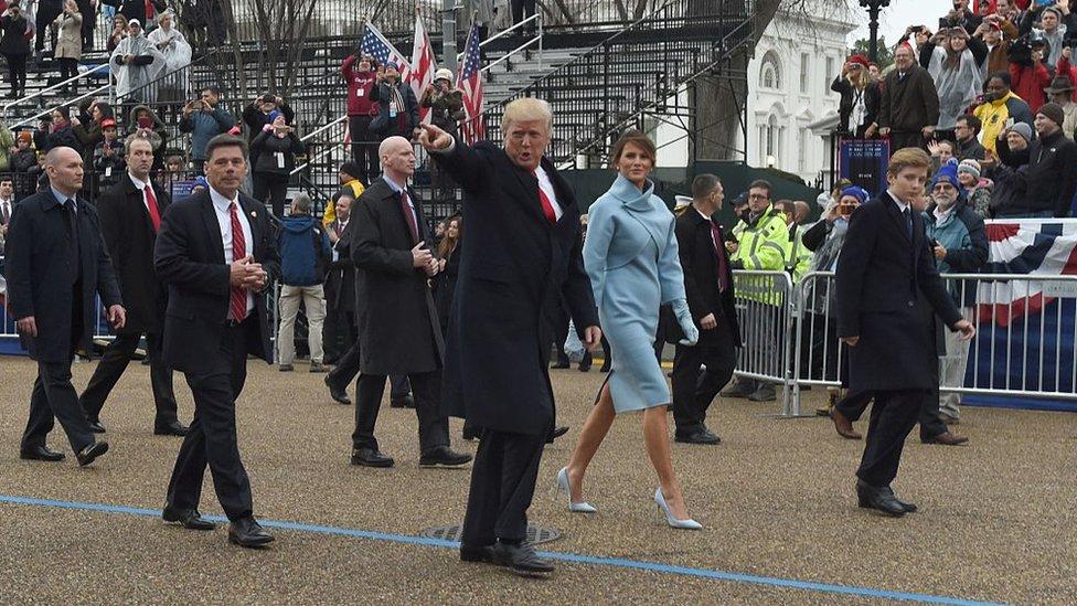 Donald Trump rodeado de agentes del Servicio Secreto.