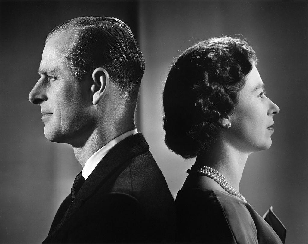 La reina Isabel II y el duque de Edimburgo posando para una sesión fotográfica en 1958.