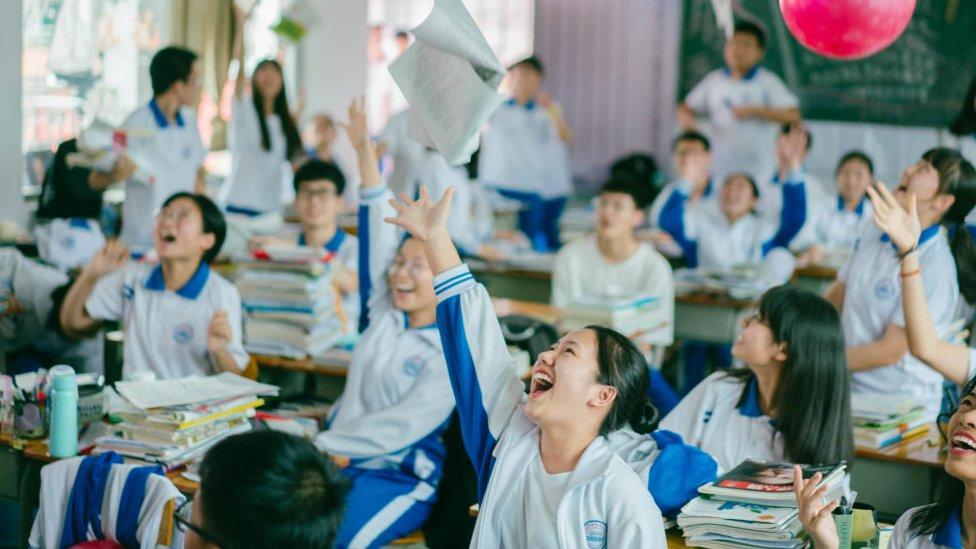 Estudiantes lanzan papeles al aire
