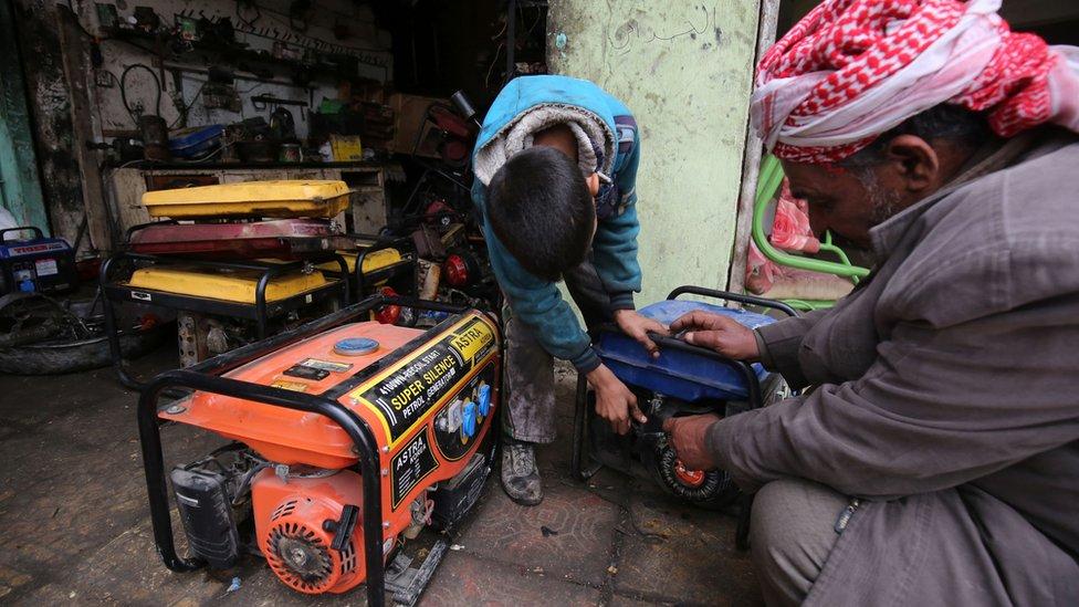 طفل يعمل في محل لتصليح المولدات في العراق