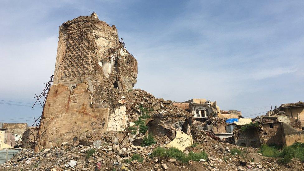 Reruntuhan minaret di Mosul.
