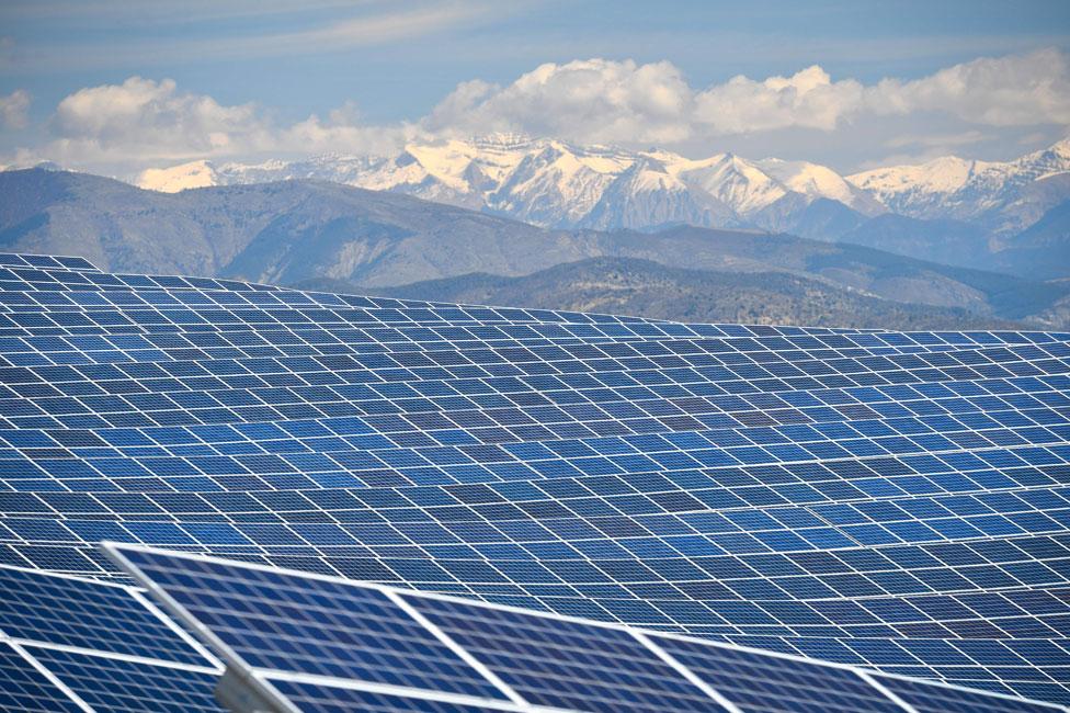 La planta de energía en La Colle des Mees, Alpes de Haute Provence, Francia
