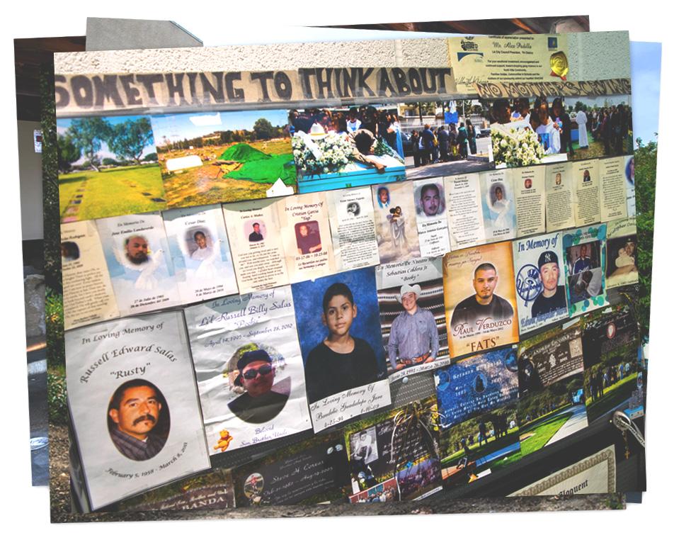 El escritorio de Ernesto Deras cubierto de fotografías de pandilleros que han muerto.